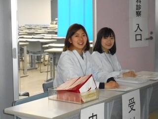 ▲こちらは、内科受付です。受ける学生を待っています。
